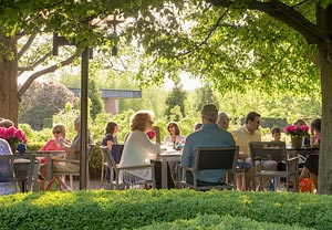 PHOTO: Outdoor Dining at the Garden